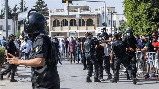 Tunus Meclisi yakınında toplanan darbe karşıtları ile destekçileri arasında arbede yaşandı