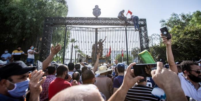 Tunus'ta 'darbe'ye karşı çıkan halk sokağa döküldü!