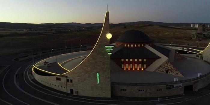 Türkiye'de benzeri olmayan ay yıldızlı cami ibadete açıldı
