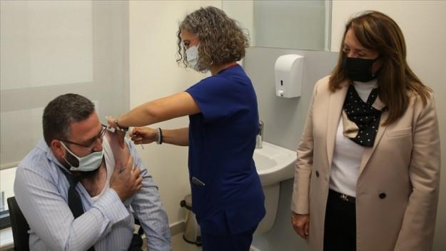 TURKOVAC'ın Faz-3 çalışması için gönüllü olan iki kişi aşılarını yaptırdı