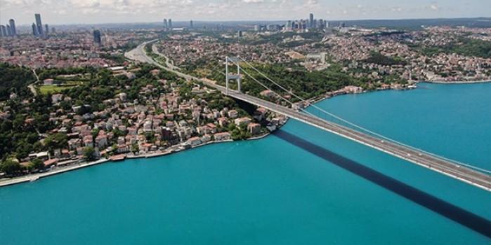Turkuaz rengine bürünen İstanbul Boğazı görenleri hayran bıraktı