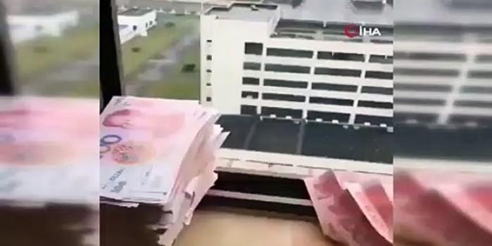 Ümitsiz bekleyiş... Karantina altındaki evlerinden paralarını camdan saçmaya başladılar