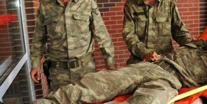 Yaralanan askerden ambulansa binerken duygulandıran istek