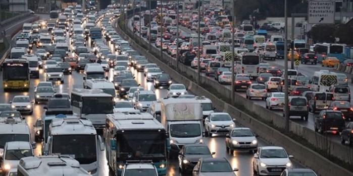 Yarıyıl tatili ve olumsuz hava şartları İstanbul trafiğini kilitledi