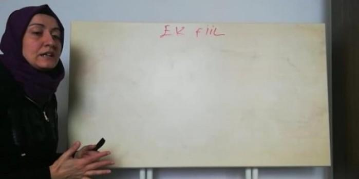 Yemek masasını tahtaya çevirip ders anlattı... İşte evde eğitimin fedakar öğretmeni