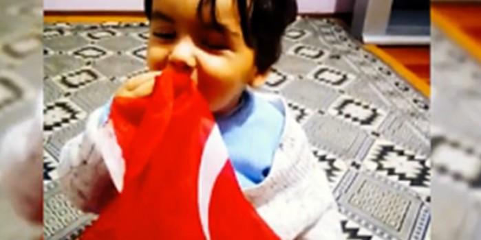 Yıldıray isimli bebeğin Türk bayrağını öperek dede demesi duygulandırdı