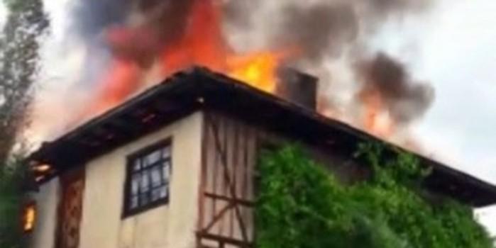 Yıldırım isabet eden 2 katlı ahşap ev cayır cayır yandı
