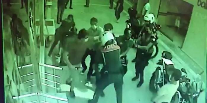 Yine maske denetimi arbedesi... Polise hakaret edip direnen 2 kişi yaka paça gözaltına alındı