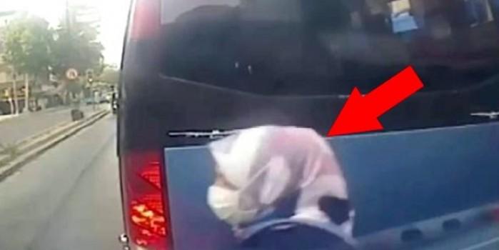 Yolun karşısına geçmek isteyen kadına otomobil çarptı! O anlar kamerada