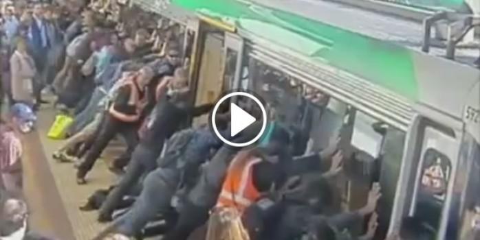 Yüzlerce yolcu, trende ayağı sıkışan kişiyi böyle kurtardı!